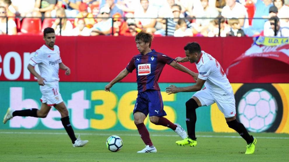 Inui (29) conduce un balón en un encuentro ante el Sevilla.
