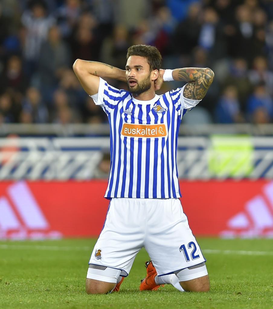Willian José (25) se lamenta de una ocasión perdida en un partido en...