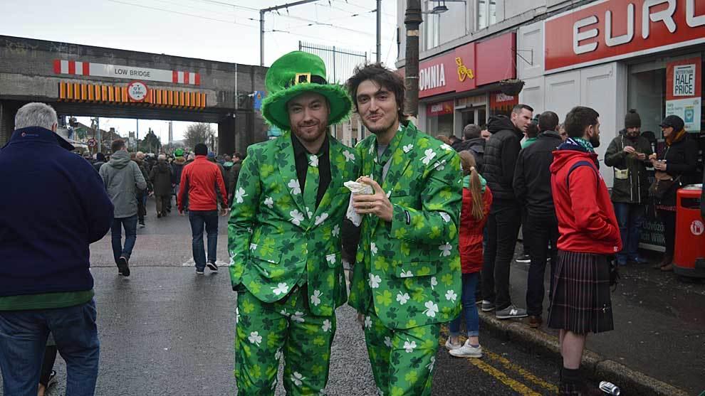 Dos aficionados irlandeses, junto a otros escoceses en Lansdowne Road