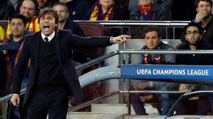 Antonio Conte, en el banquillo del Camp Nou