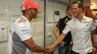 Lewis Hamilton saludando a Michael Schumacher