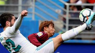 Inui lucha por un balón con el madridista Isco.