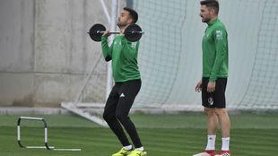 Víctor Camarasa levanta pesas en presencia de Javi García.