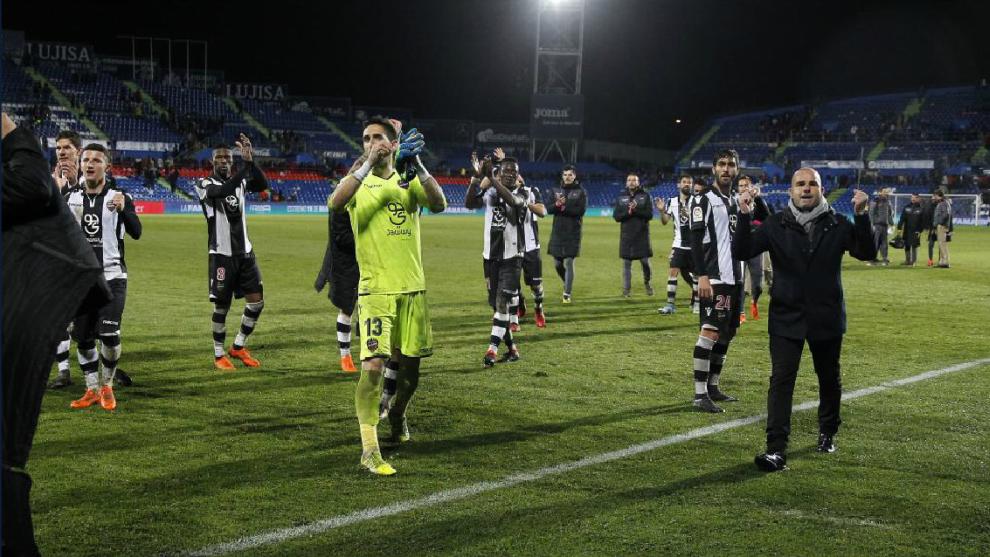 Paco López celebra con sus jugadores el triunfo en Getafe