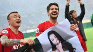 Pato sostiene junto a sus compañeros Wang Yongpo y Zhang Lu el poster...