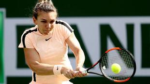 Simona Halep devuelve la bola durante un encuentro
