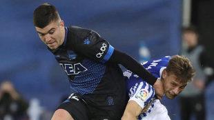 Martin Aguirregabiria pelea un balón con Canales.