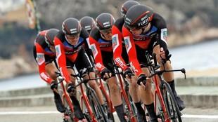 Los corredores del equipo estadounidense BMC durante la disputa de la...