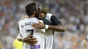 Guedes y Kondogbia se abrazan en un partido de Liga con el Valencia.