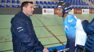 Nairo Quintana conversa con el entrenador Mikel Zabala.