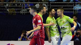 Quintela y Paradynski celebran un gol del Palma Futsal.