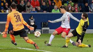 Bürki desbarata el primer mano a mano del partido frente a Hwang...