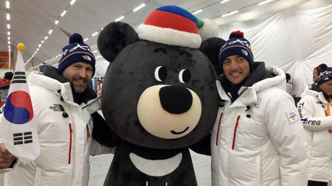 Jospe Bort 'Budy' y Jordi Carbonell 'Carbu' con la mascota de los...