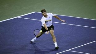 Roger Federer golpea la bola.