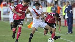 Carmona entre Gálvez y Espíndola en el partido de la primera vuelta...