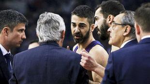 Svetislav Pesic hablando con Navarro durante el partido del Barcelona...