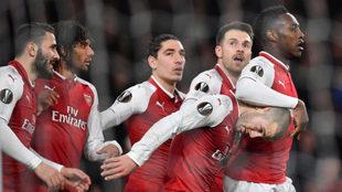 Los jugadores del Arsenal celebran el gol de Wilshere al Milan.