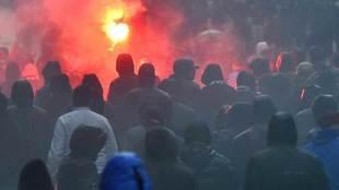 Ultras del Olympique de Marsella en los alrededores de San Mamés.