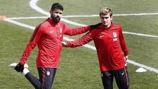 Diego Costa y Griezmann realizan estiramientos en el entrenamiento del...