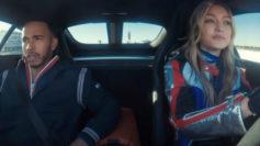 Gigi Hadid, al volante de un Mercedes AMG GTS con Lewis Hamilton como...