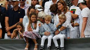 Los hijos de Federer durante un partido la temporada pasada.