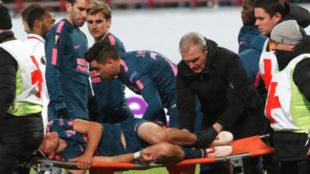 Filipe Luis sale en camilla lesionado tras el duro gole con Éder.