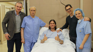 Filipe, con el equipo médico tras su operación.