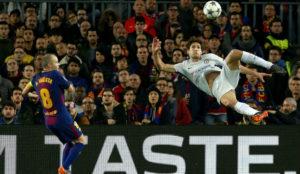 Marcos Alonso remata de chilena ante la presencia de Iniesta
