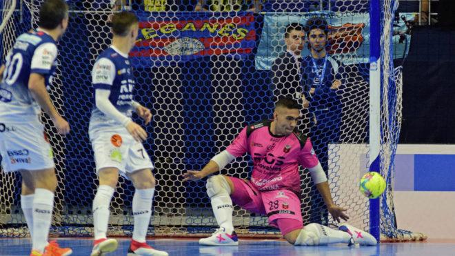 Adrián Pereira, durante el partido ante el Barcelona.