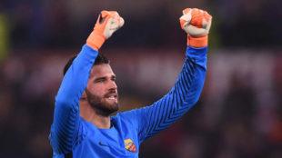 Alisson celebra el pase de la Roma a cuartos de la Champions