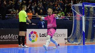 Adrián Pereira celebra el penalti parado a Rivillos.