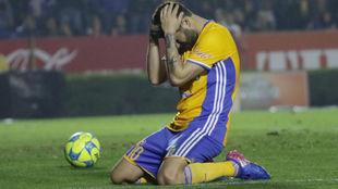 André-Pierre Gignac se lamenta durante un partido del Clausura 2017.