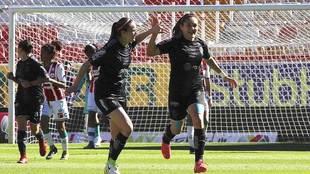 Mónica Monsivaís celebra su gol ante Necaxa