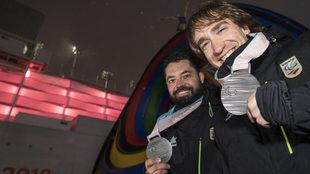 Miguel Galindo y Jon Santacana con la medalla de plata de la...