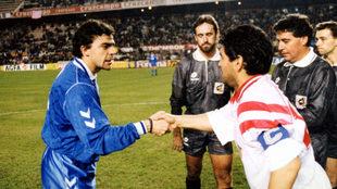Maradona saluda a Sanchís en un partido de Liga.