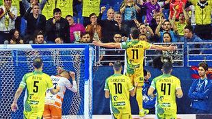 El Jaén Paraíso celebrando un gol con la afición