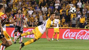 Maziero cabecea a la red el segundo gol de Rosario.