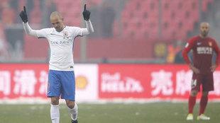 Tardelli celebra un gol del Shandong Luneng con Mascherano al fondo