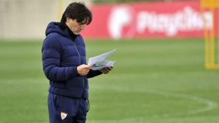 Montella revisa sus anotaciones.