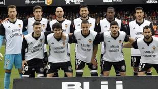 Formación inicial del Valencia con las camisetas de ániomo a...