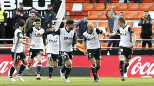 Los jugadores del Valencia celebran el primer gol de Rodrigo.