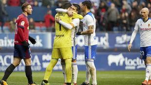 Zapater abraza y felicita a Cristian Álvarez.