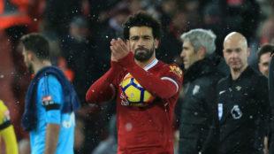 Salah se marcha a casa con el balón tras su 'póker' al Watford.