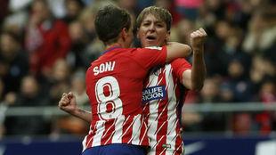 Marta Corredera celebra su gol con Sonia Bermúdez.