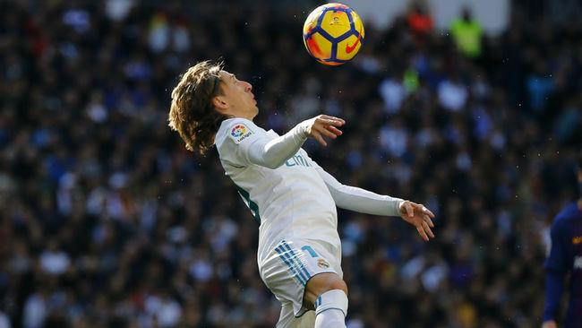 Modric (32), controlando un balón.