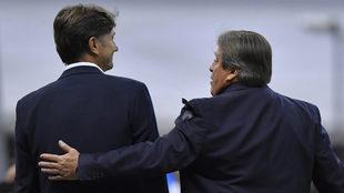 Herrera y Cristante salen juntos del terreno de juego, tras su...