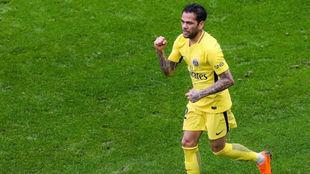 Alves celebra el gol de la victoria