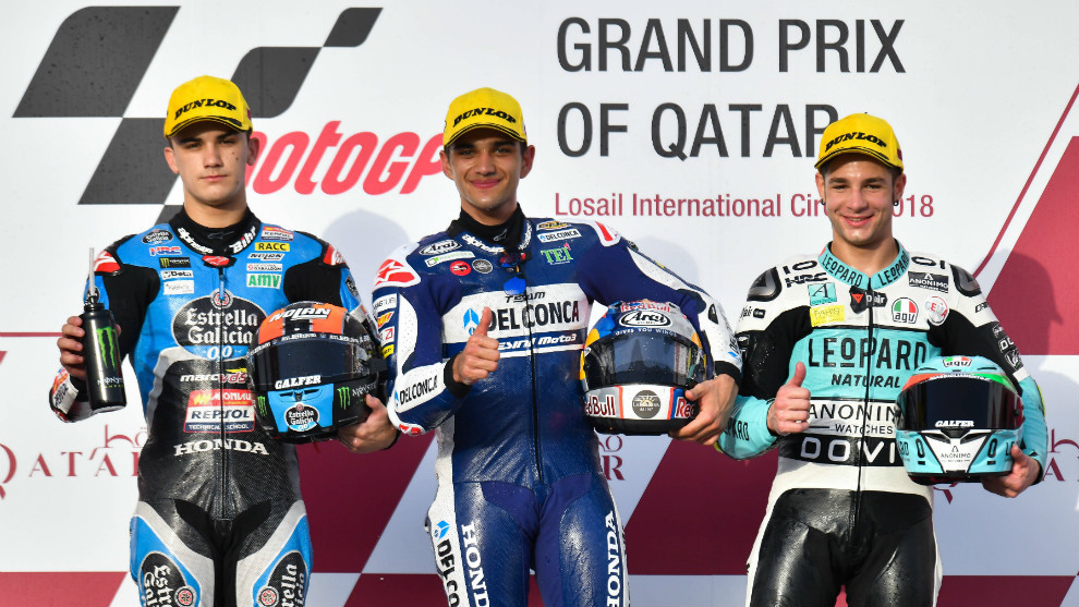 Jorge Martín, en el podio del GP de Qatar entre Canet y Dalla Porta
