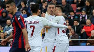La Roma festeja el gol de El Shaarawy