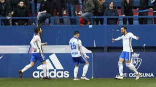 Los jugadores zaragocistas celebran uno de los goles en El Sadar.